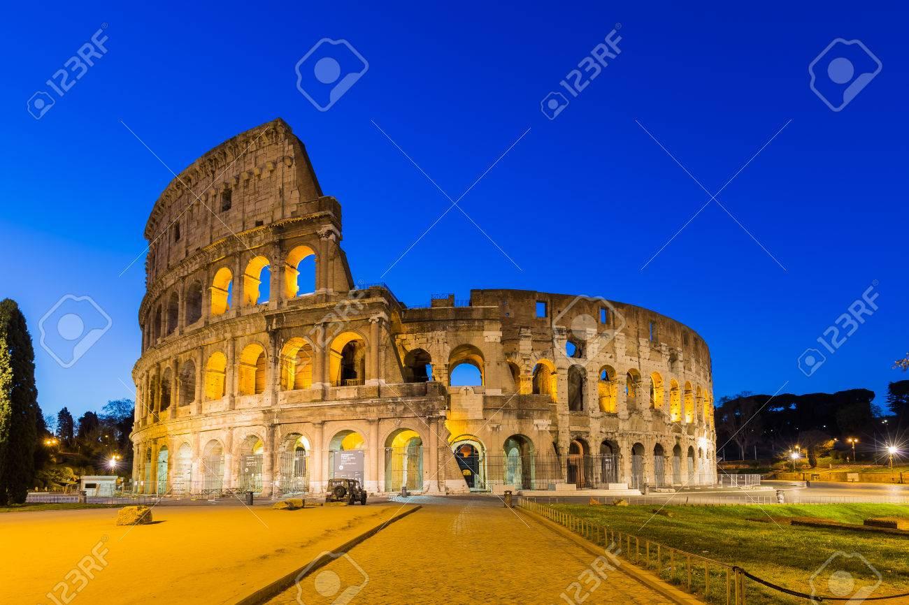 Colisée de nuit à Rome, Italie. Banque d'images - 41991336