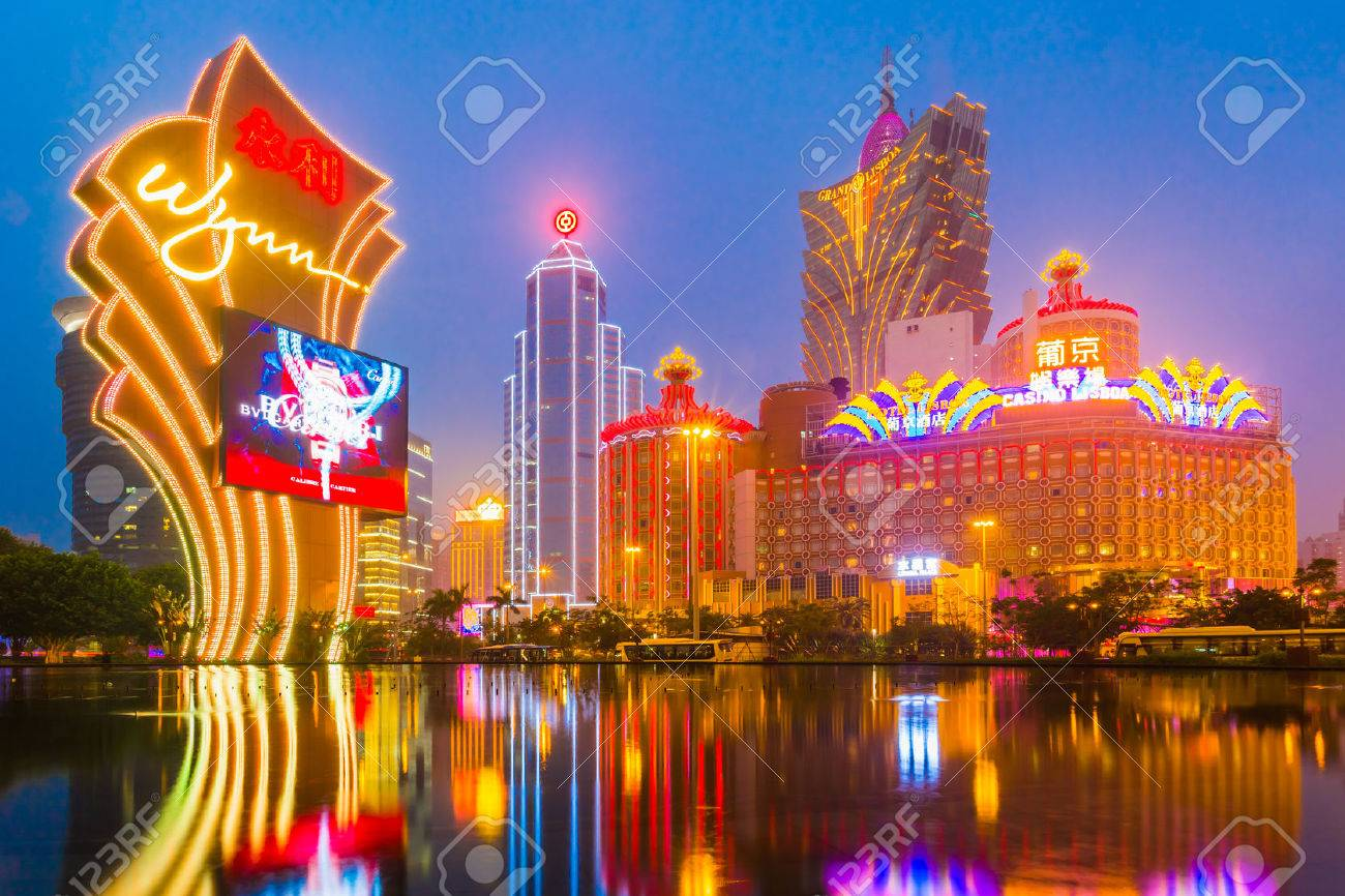 Macau, China - January 26, 2013: The buildings of casino in Macau with Light Performance Show in Dusk. Banque d'images - 42696386