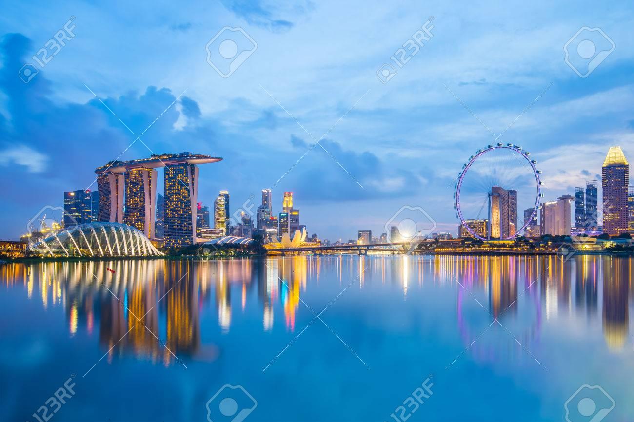Marina Bay à Singapour, au crépuscule. Banque d'images - 43350400