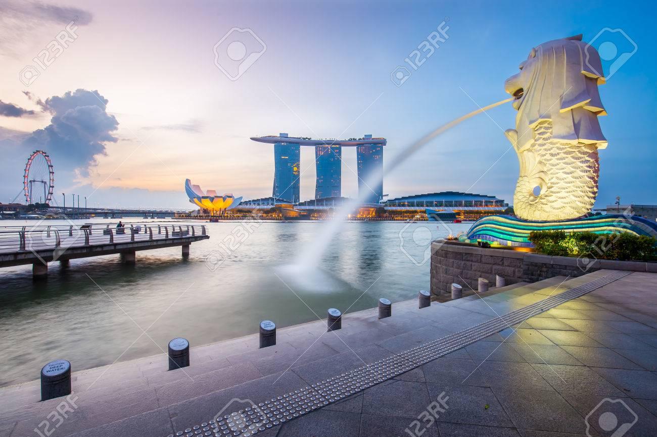 Singapore skyline et Merlion dans la matinée. Banque d'images - 43350402