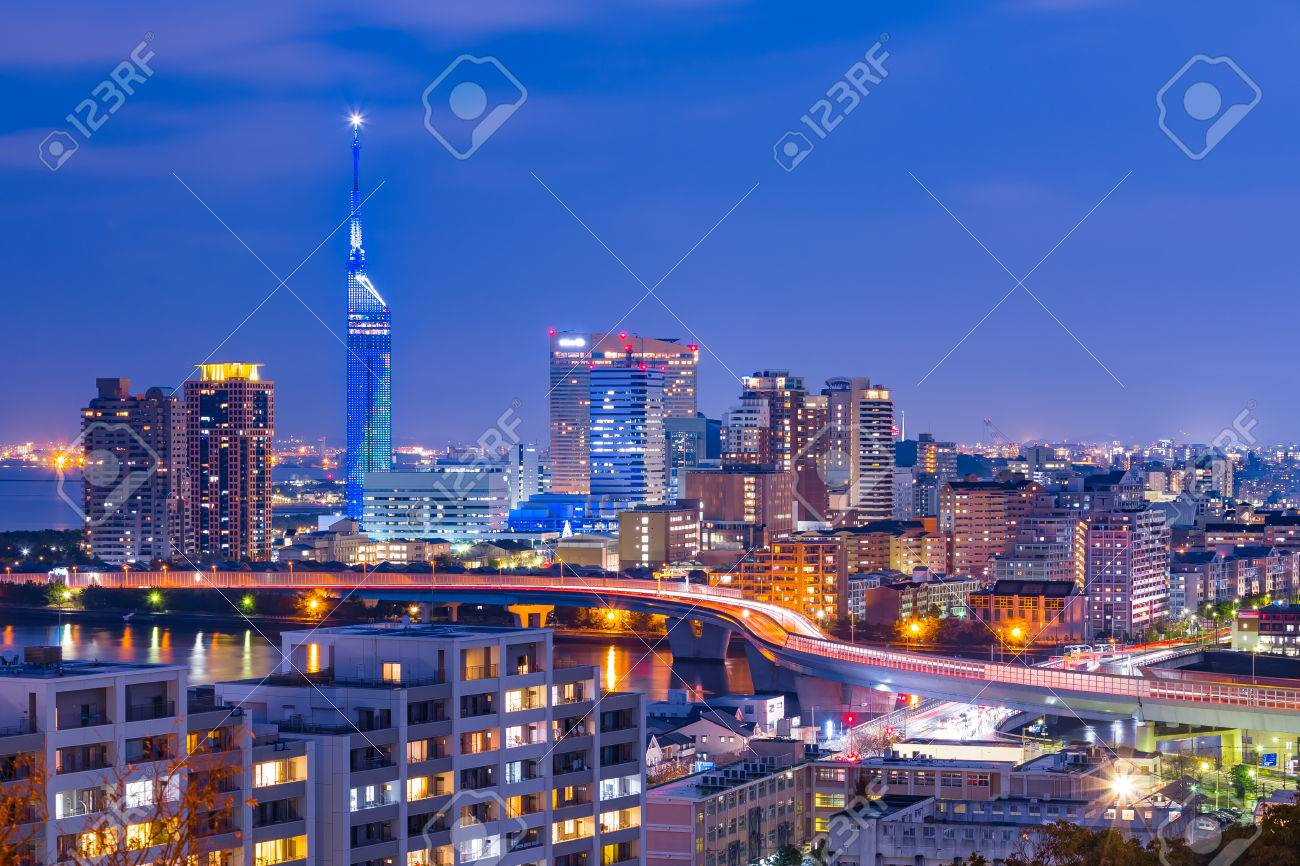 The cityscape of Hakata at twilight in Fukuoka, Japan. Banque d'images - 43931804