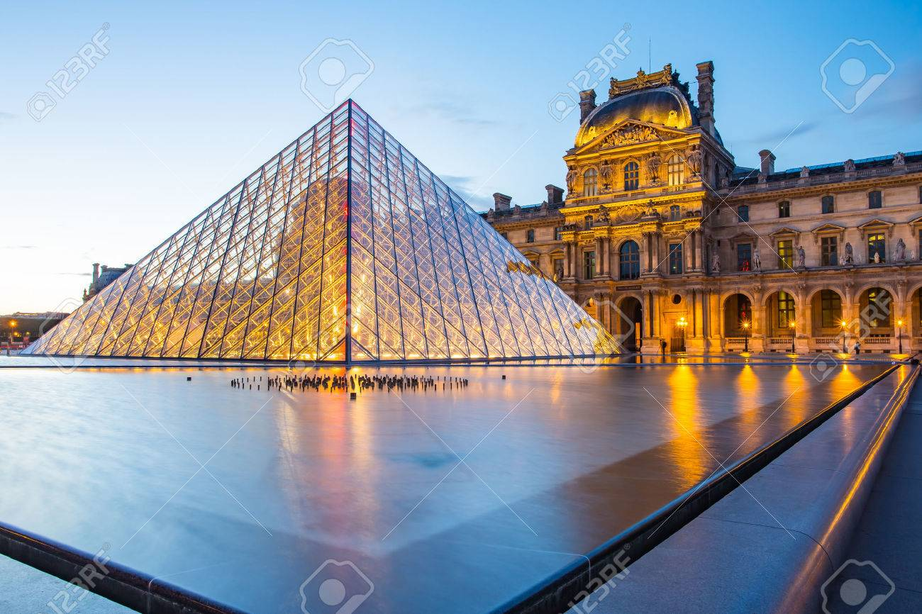 Paris, France - May 13, 2014: The Louvre Museum is one of the world's largest museums and a historic monument. A central landmark of Paris, France. Banque d'images - 43862401