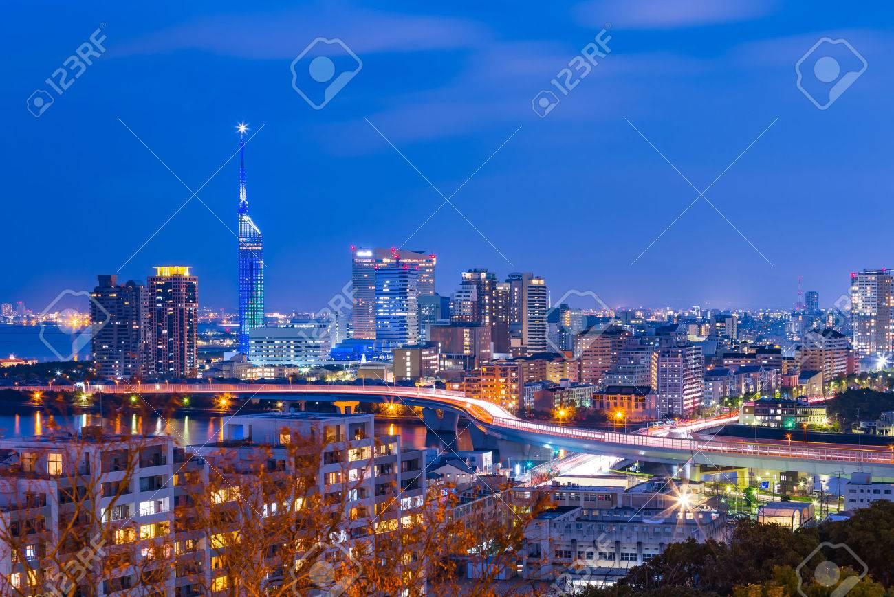 Le crépuscule de la ville de Hakata à Fukuoka, au Japon. Banque d'images - 44349276