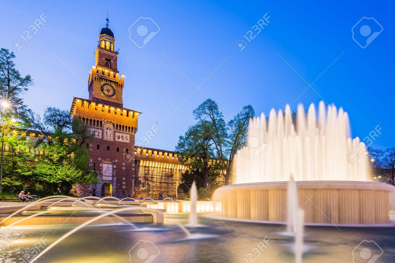 Milan, Italie - le 14 Avril, 2015: Le Château des Sforza est un château à Milan, en Italie du Nord. Il a été construit au 15ème siècle par Francesco Sforza, duc de Milan, sur les vestiges d'une fortification du 14ème siècle. Banque d'images - 44780263