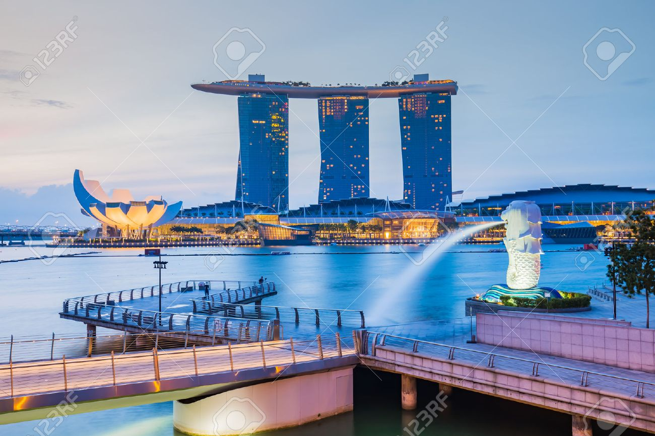 Singapore City, Singapore - July 18, 2015: Marina Bay skyline and Merlion in the morning. The Marina Bay is a bay near Central Area in of Singapore, and lies to the east of the Downtown Core. Banque d'images - 46766818