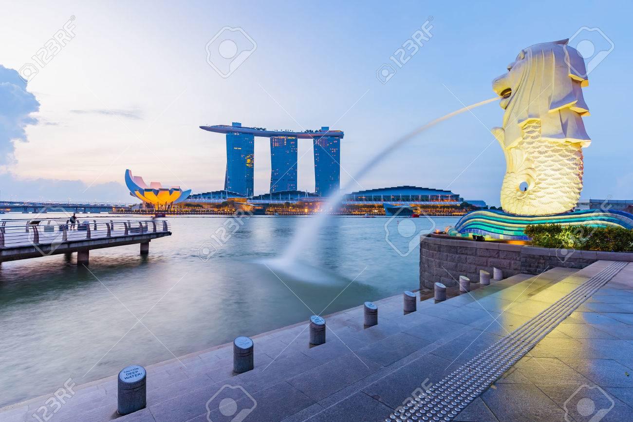 Ville de Singapour, Singapore - le 18 Juillet, 2015: Marina Bay horizon et Merlion dans la matinée. Marina Bay est une baie près de la zone centrale de Singapour, et se trouve à l'est de la Downtown Core. Banque d'images - 47085085
