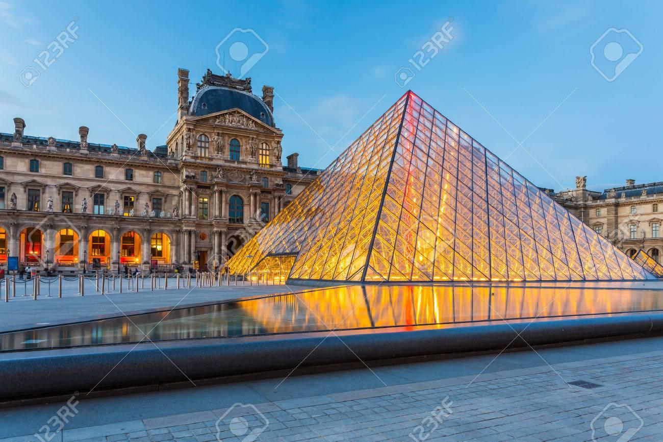 Paris, France - 13 mai 2014: Le musée du Louvre est l'un des plus grands musées du monde et un monument historique. Un point de repère central de Paris, France. Banque d'images - 48528128