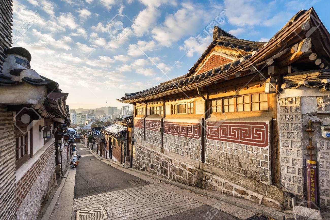 Bukchon Hanok Village in Seoul, South Korea. Banque d'images - 52856873