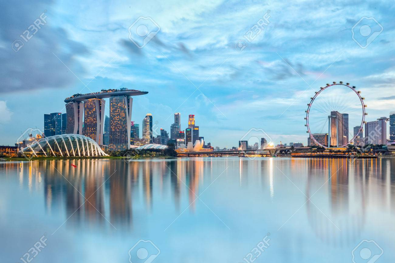 Singapore City, Singapore - July 17, 2015: Marina Bay is a bay near Central Area in the southern part of Singapore, and lies to the east of the Downtown Core. The area surrounding the bay itself, also called Marina Bay Banque d'images - 54309303