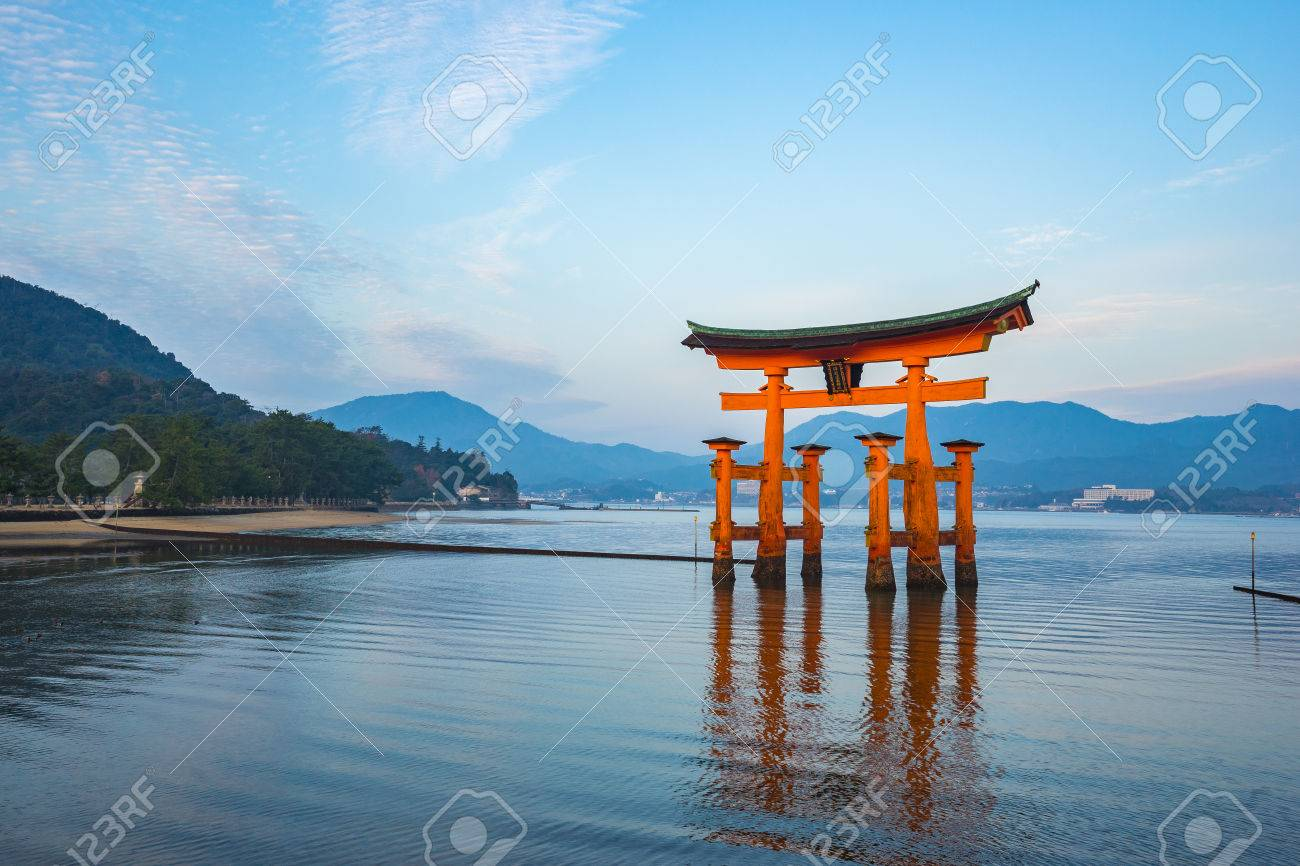 The Floating Torii gate in Miyajima, Japan. Banque d'images - 60339570