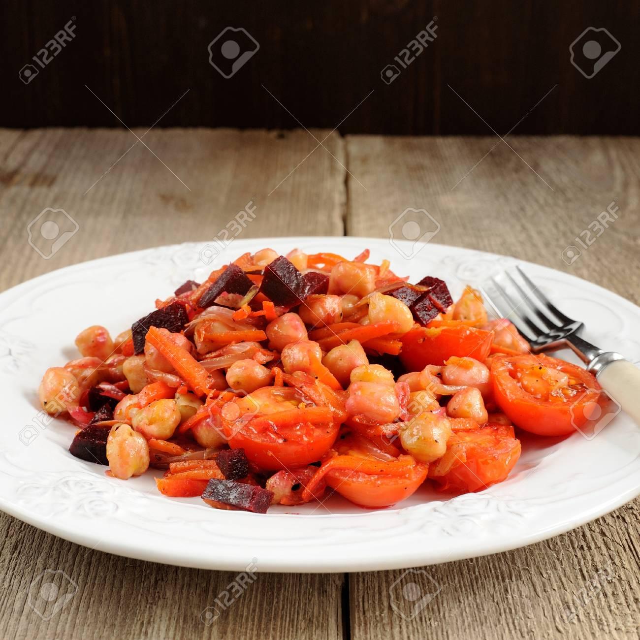 Roter Salat Mit Kichererbsen Karottenhieben Tomaten Und Rote Bete
