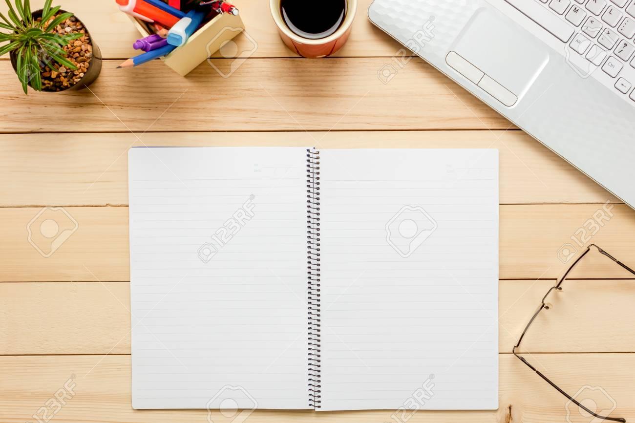 Draufsichtnotizbuch Bleistift Schwarzer Kaffee Kaktus Uhr