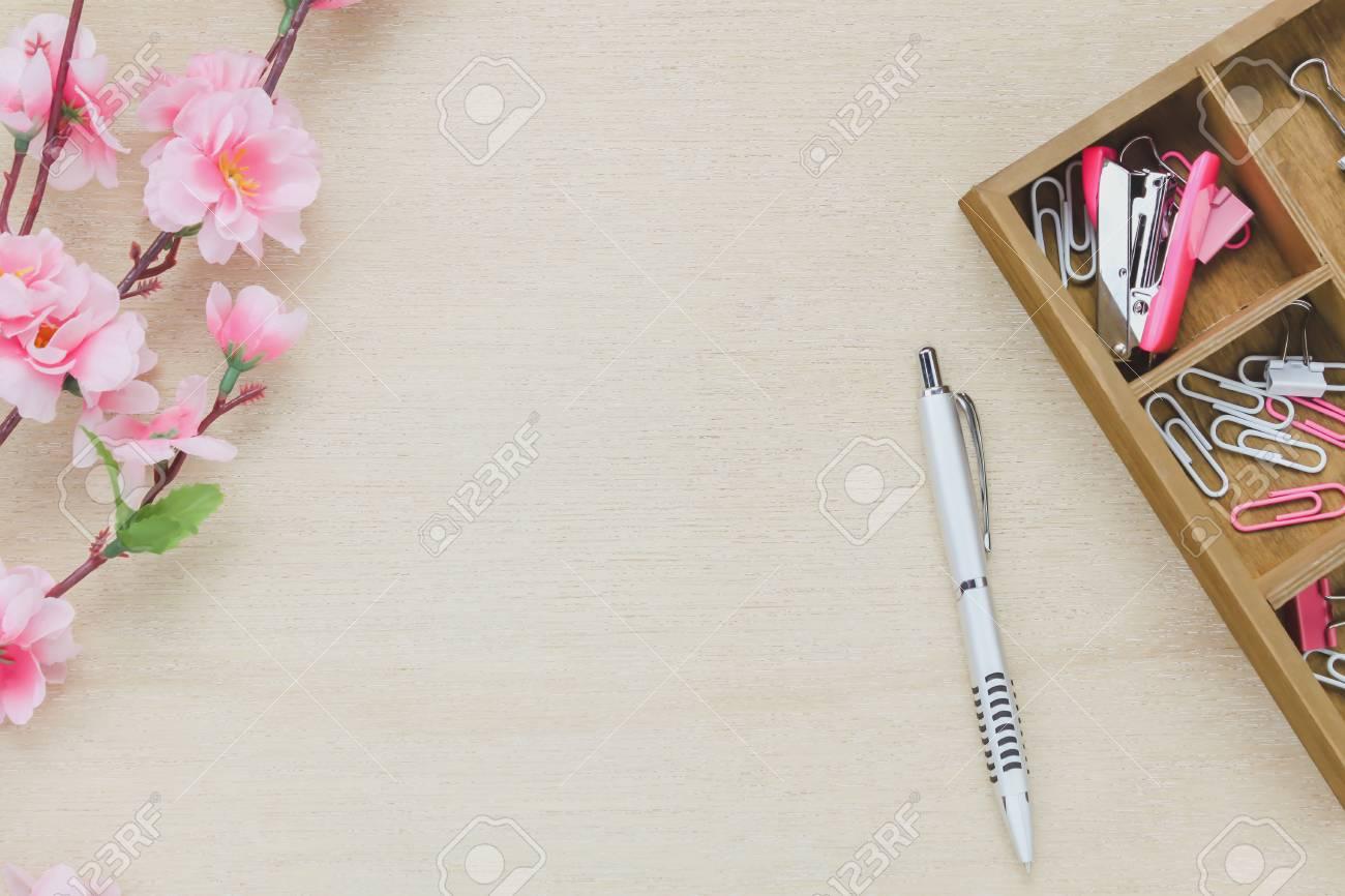 Draufsichtgeschäfts Schreibtischhintergrund Der Hölzerne Regal