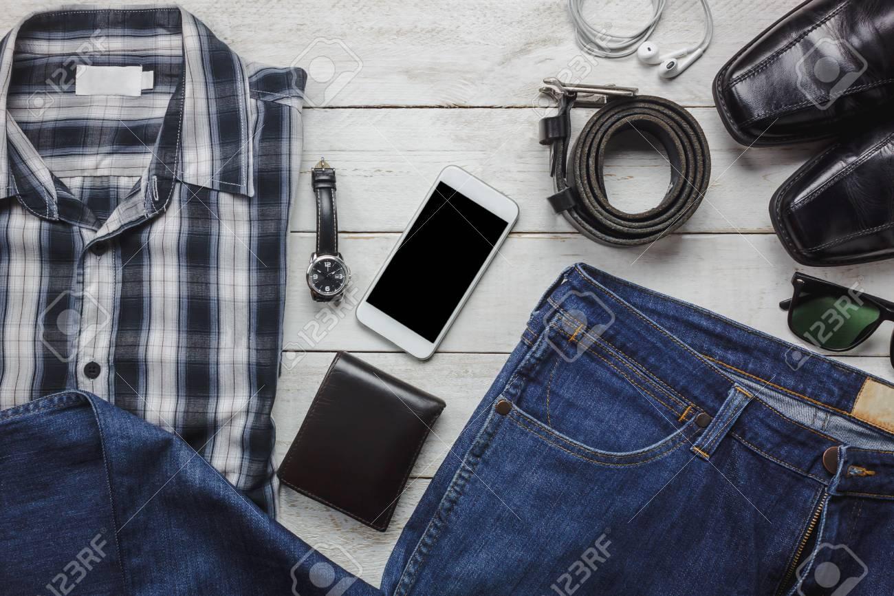 d13b38a9f Vista superior / accesorios planos para viajar y tecnología con ropa hombre  / caballeros en la mesa de madera blanca