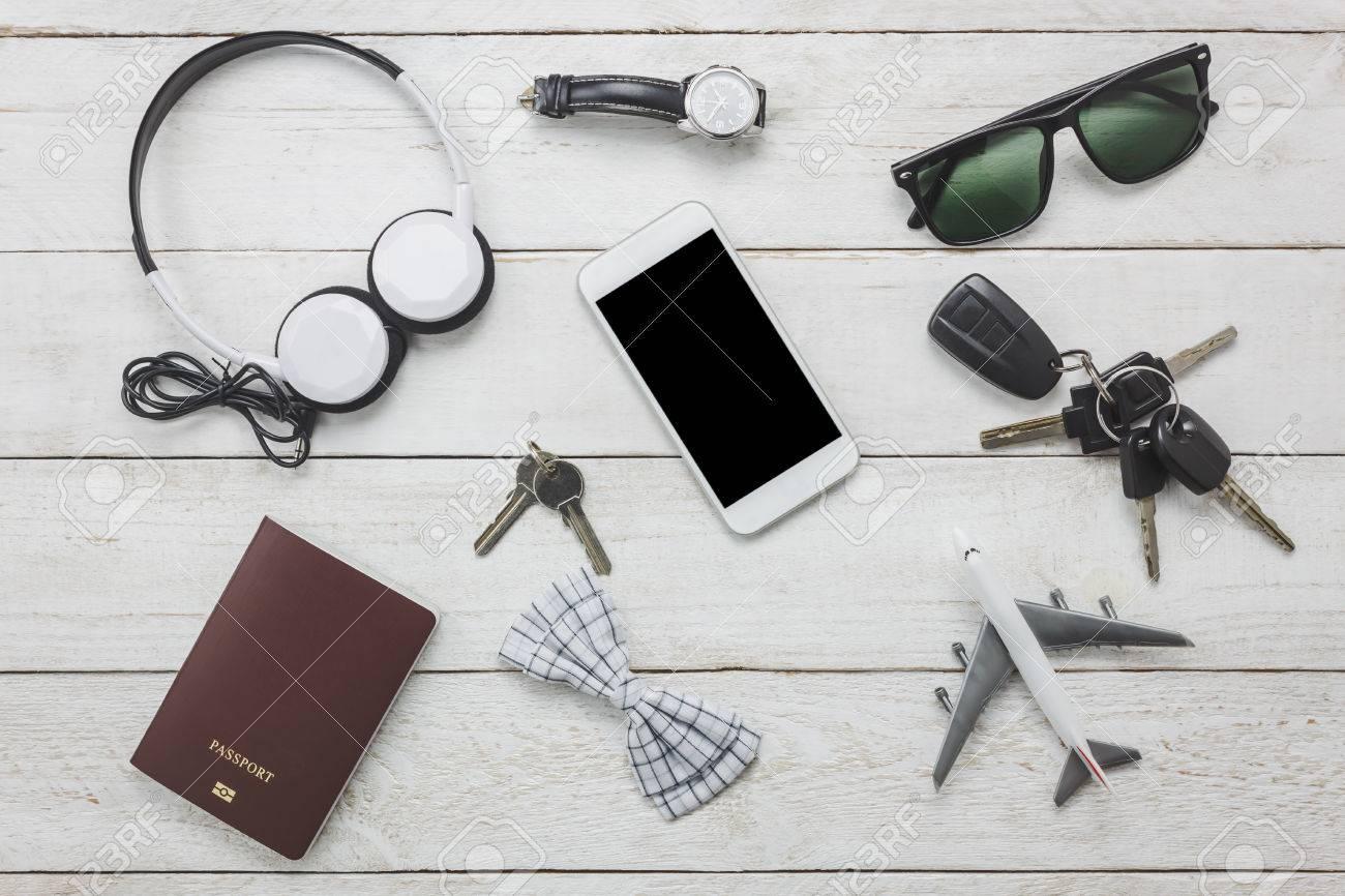 f99e04173a3 Vista superior / accesorios planos para viajar y tecnología con ropa hombre  / caballeros en la mesa de madera blanca