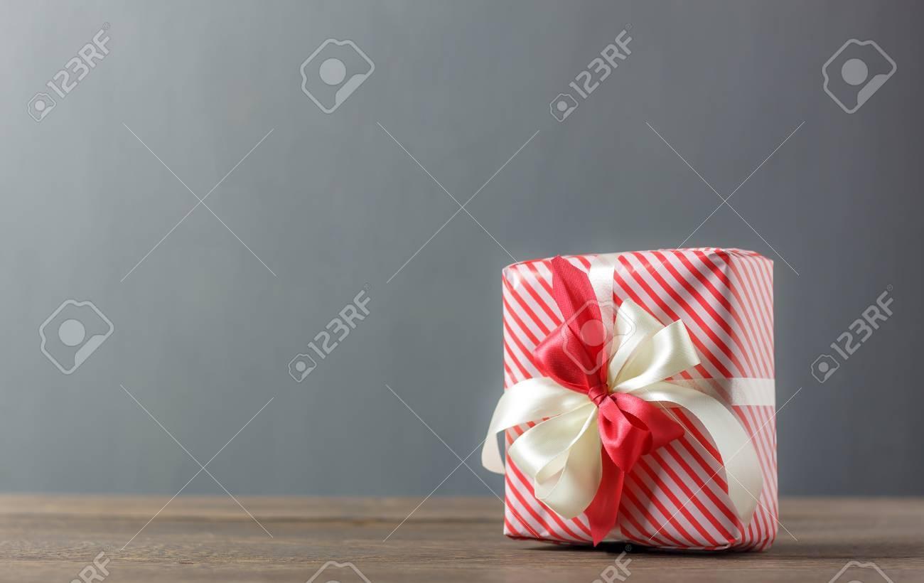 Beau coffret rouge et blanc avec ruban de décoration noël et