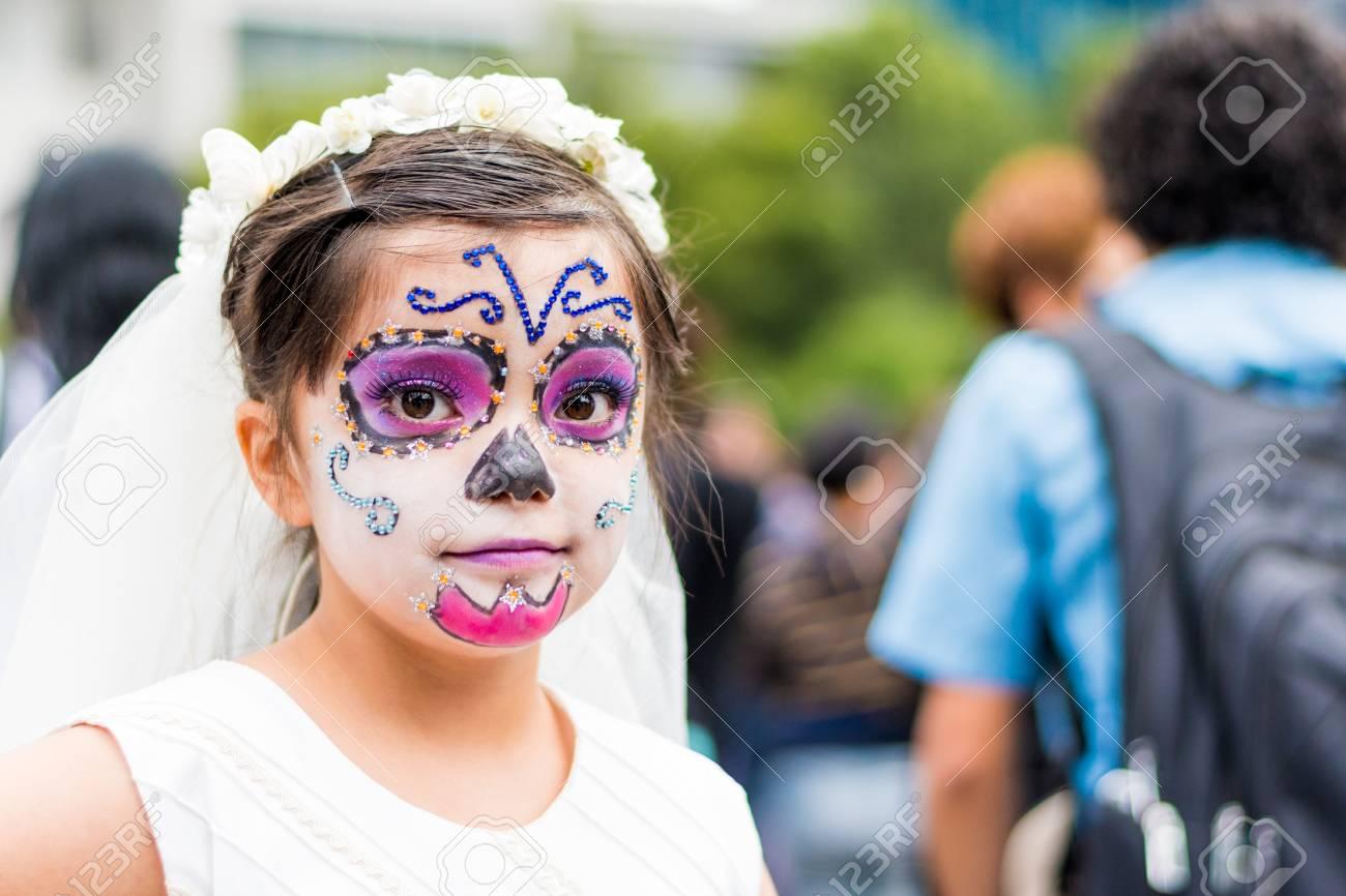 Chica Vestida De Blanco Con Maquillaje De Catrina En La Ciudad De México