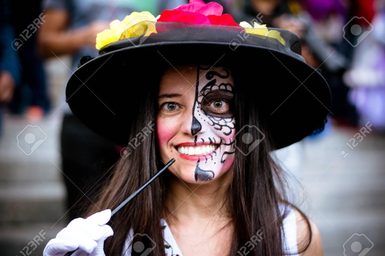 Mujer Extranjera En La Ciudad De México Con La Mitad De La Cara
