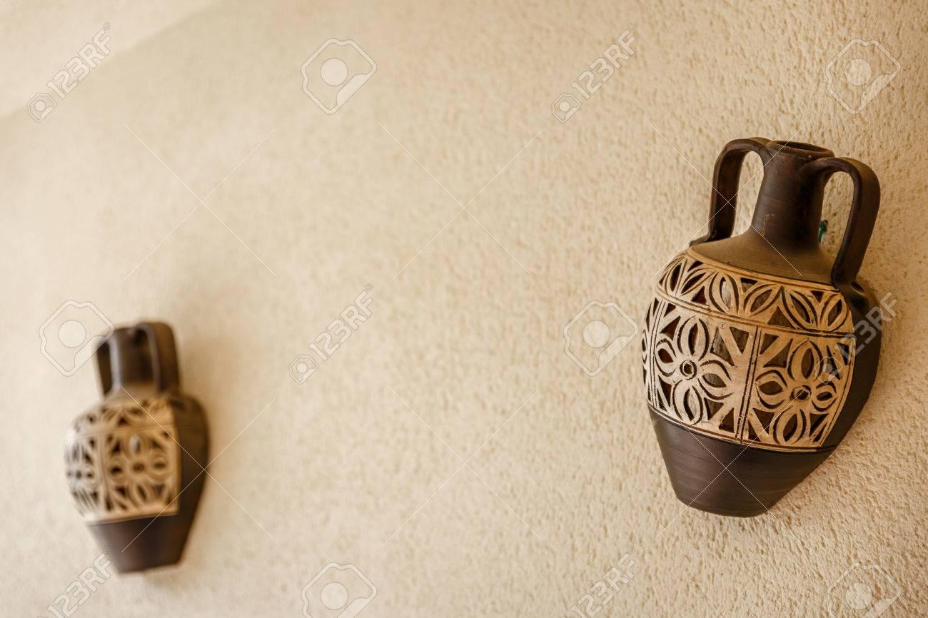 fabulous dos jarrones decorativos colocados en una pared spera foto de archivo with jarrones decorativos - Jarrones Decorativos