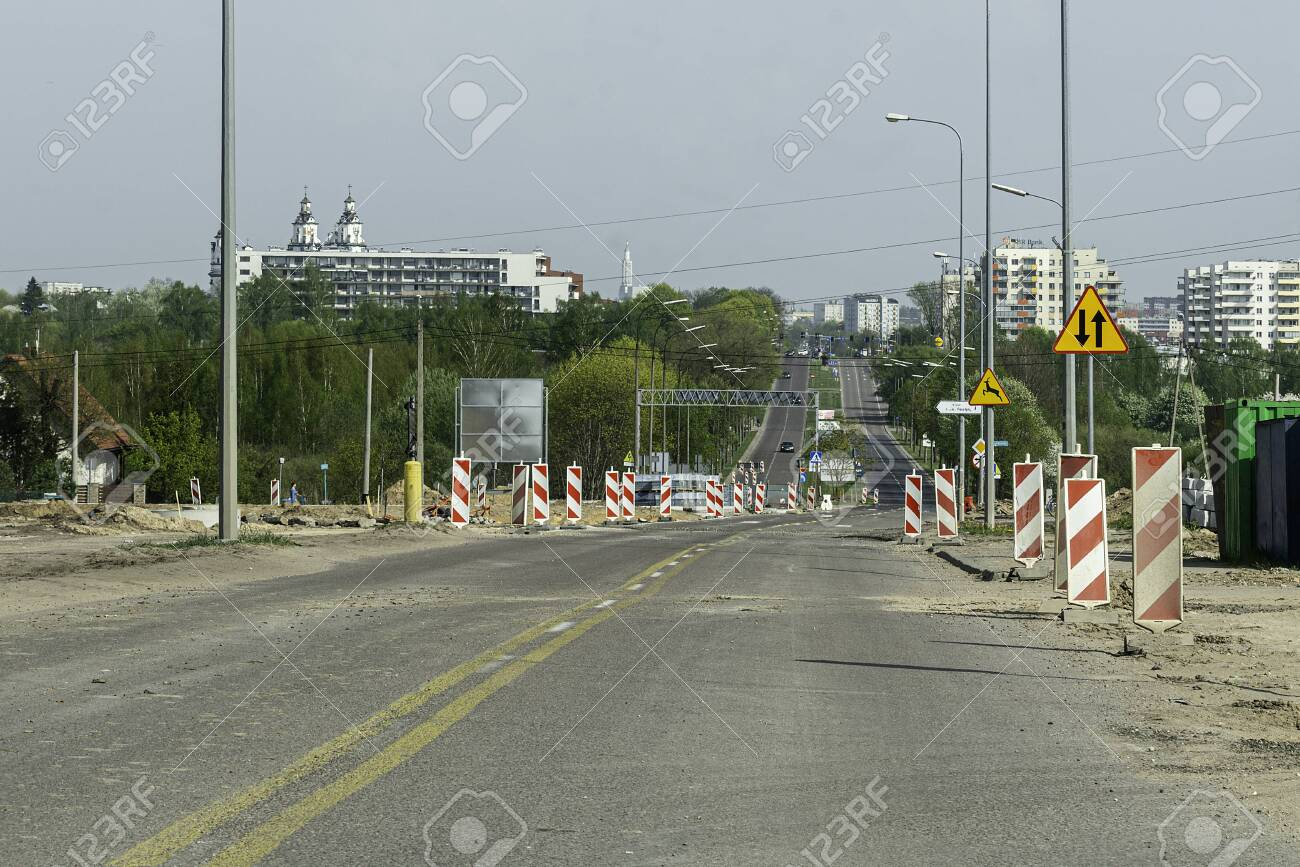 Expressway under construction. Speed limit on the road and other difficulties. Difficulties of the road, impassable road. - 142837811