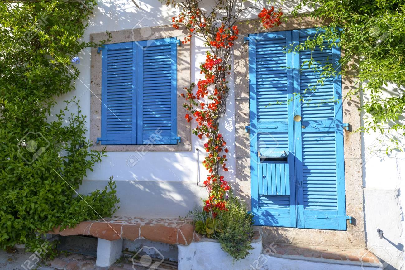 Amüsant Mediterranes Haus Sammlung Von Standard-bild - Typisches Mit Weißen Wänden Und