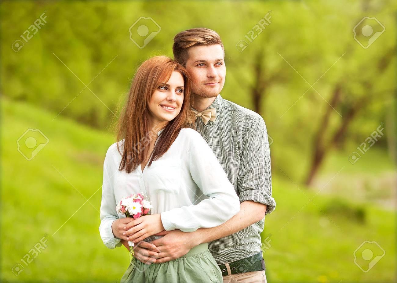 Joven Pareja De Enamorados Paseando Por El Parque De Otoño De La