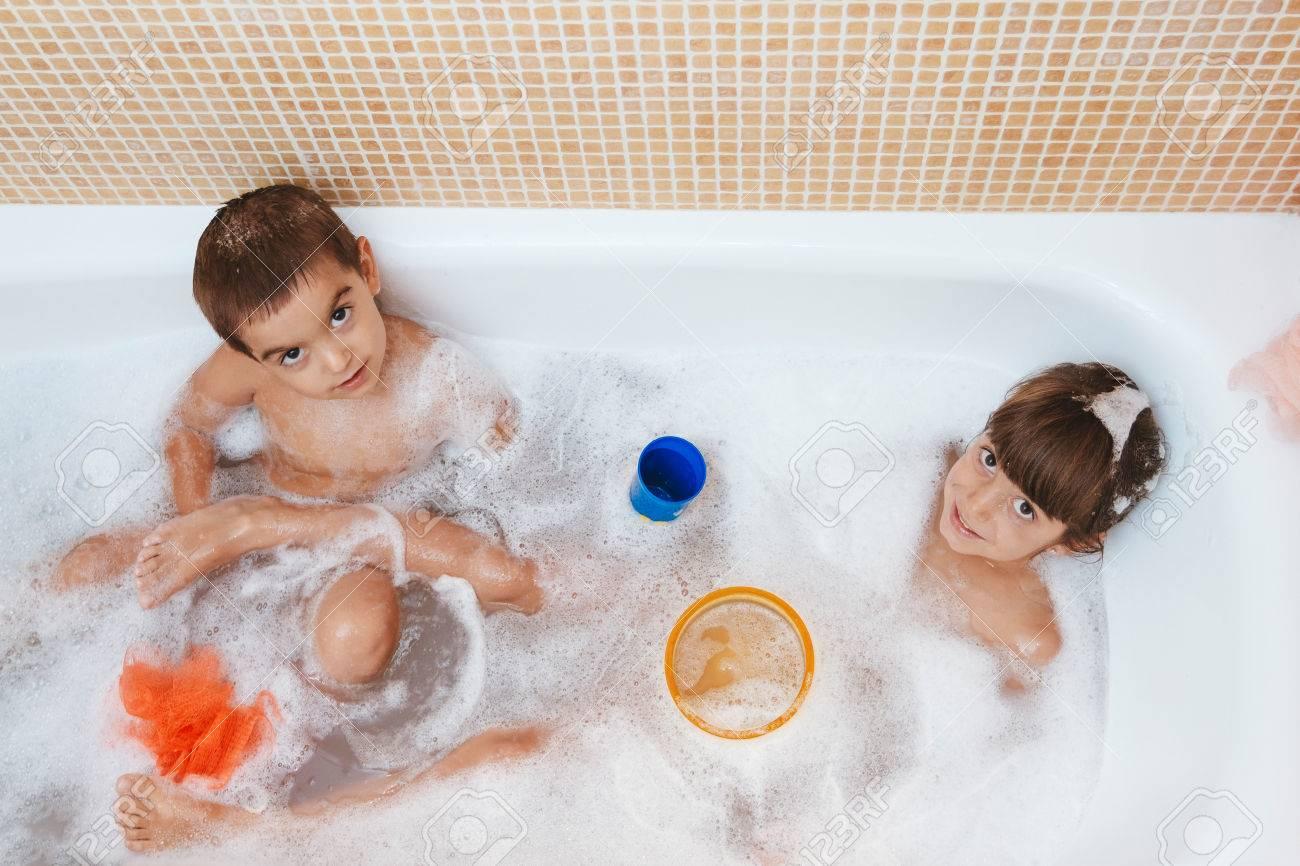 Брат с сестрой купались ванной