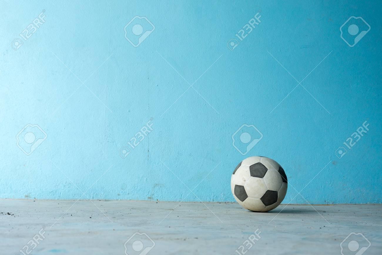 Immagini Stock Pallone Da Calcio In Bianco E Nero Su Sfondo Blu