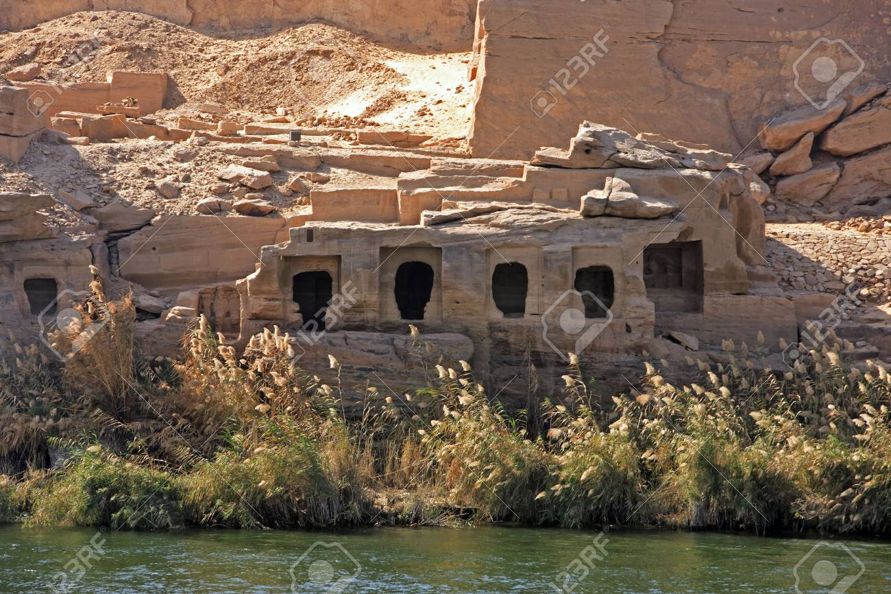 Cliff Dwelling troglodytes house on the shore of the river nile in egypt - 121743506