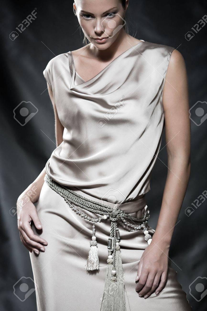 Fashion Bilder Einer Schönen Frau Tragen Creme Satin Cocktail-Kleid ...