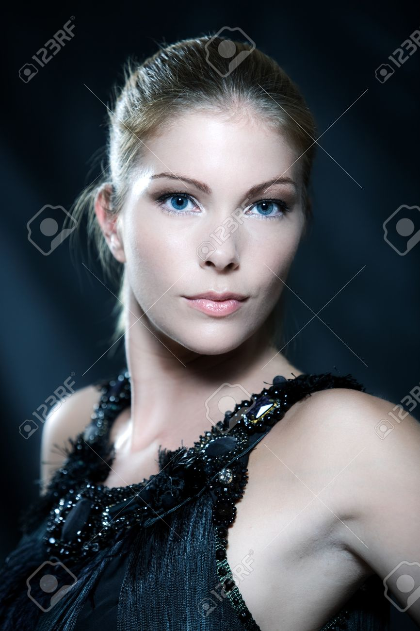 fashion pictures of a beautiful woman wearing silk fringe black and white dress chinese style doing martial arts postur Stock Photo - 9823591