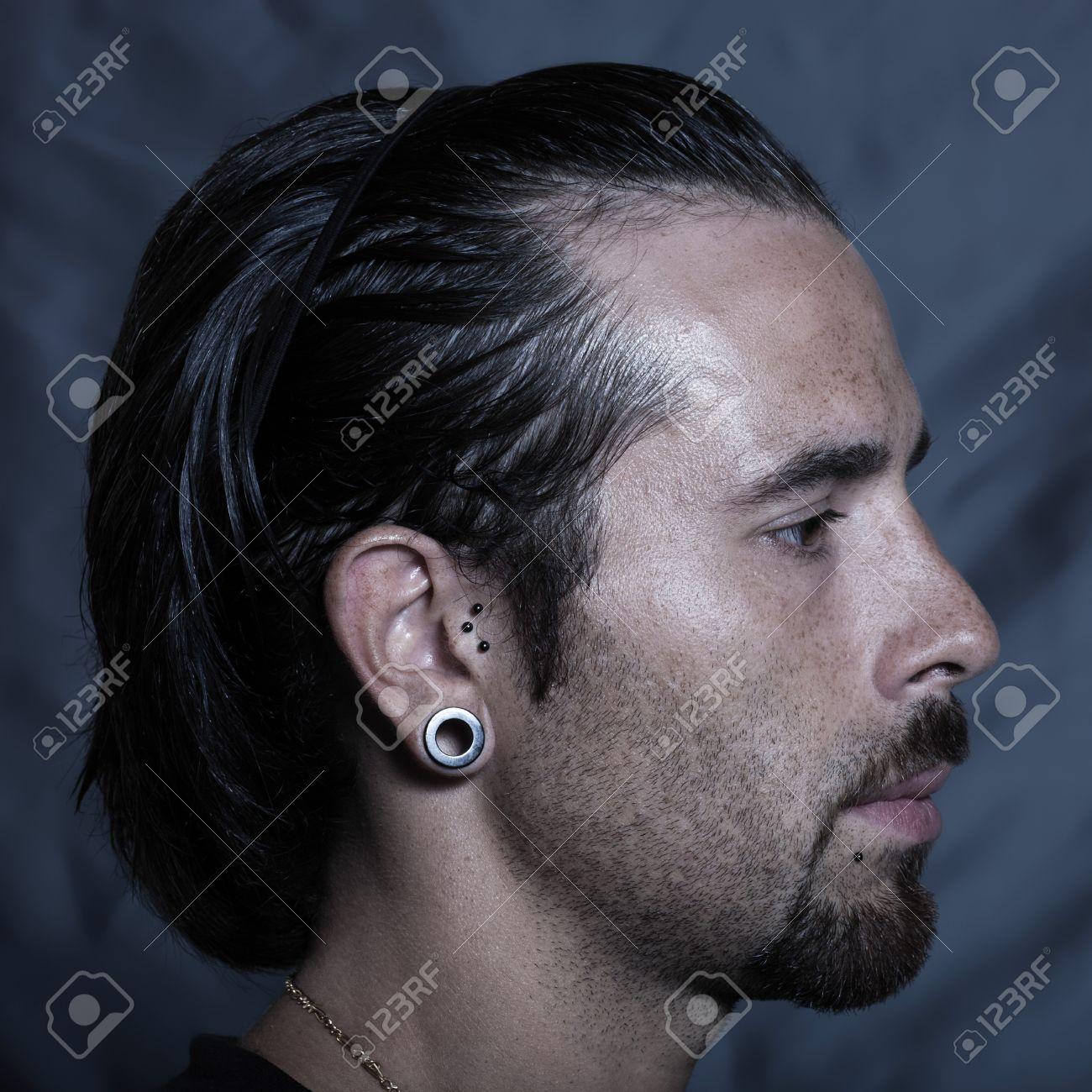 Urbano Elegante Hombre Joven Caucásico Con Orejas Perforadas Y