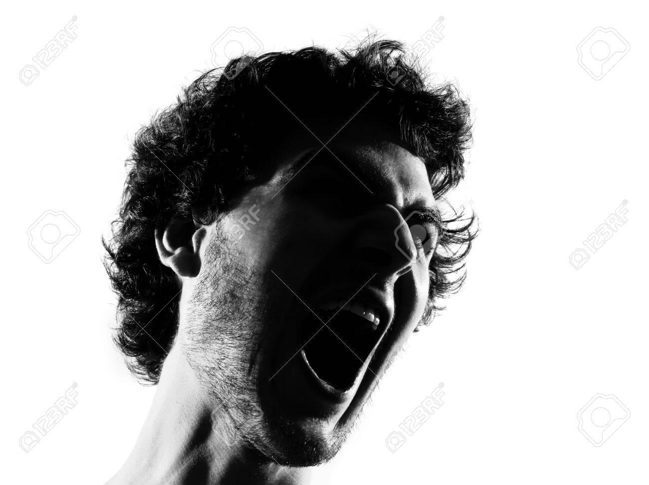 若い男が白い背景で隔離のスタジオで怒っている縦長シルエットを叫んで