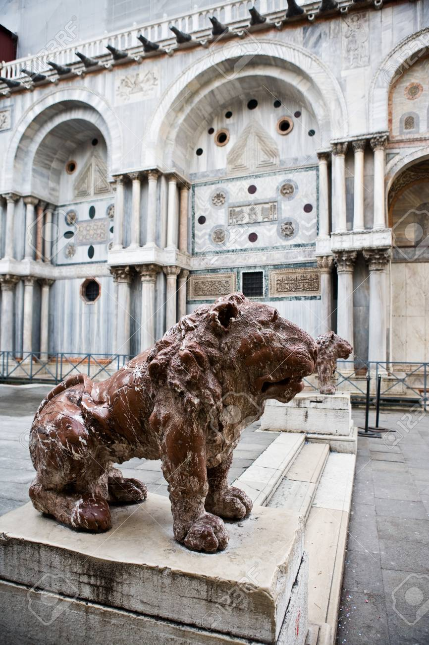 satue of the saint mark lion pazzia san marco saint mark place in the beautiful city of venice in italy Stock Photo - 16943088