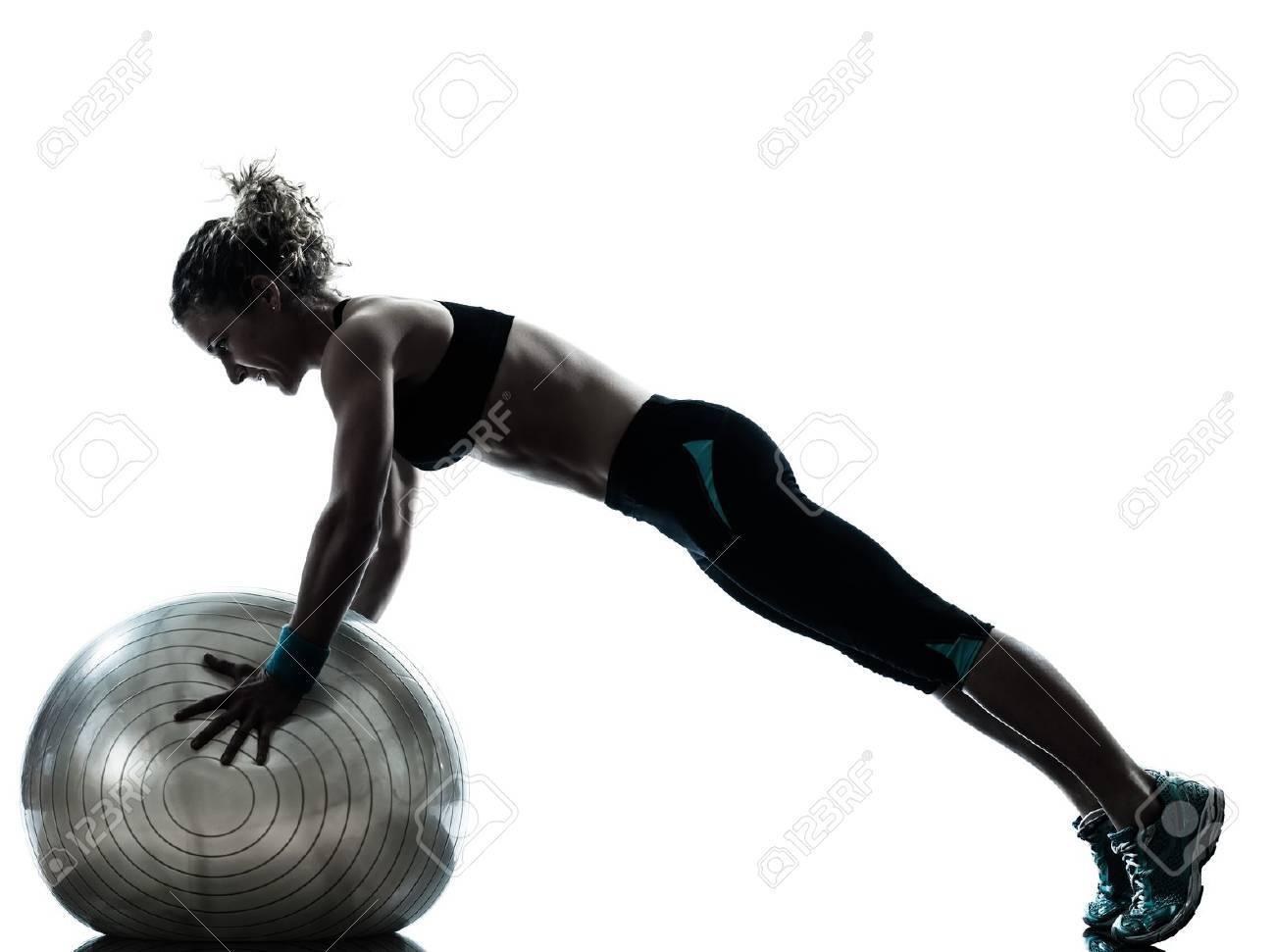 Foto de archivo - Una mujer caucásica ejercicio físico postura  entrenamiento pelota en el estudio de la silueta aislado en el fondo blanco 41530e084162