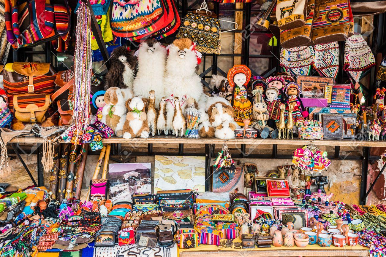 Suveniri 24153224-recuerdos-de-artesan%C3%ADas-tradicionales-en-los-andes-peruanos-a-cuzco-per%C3%BA
