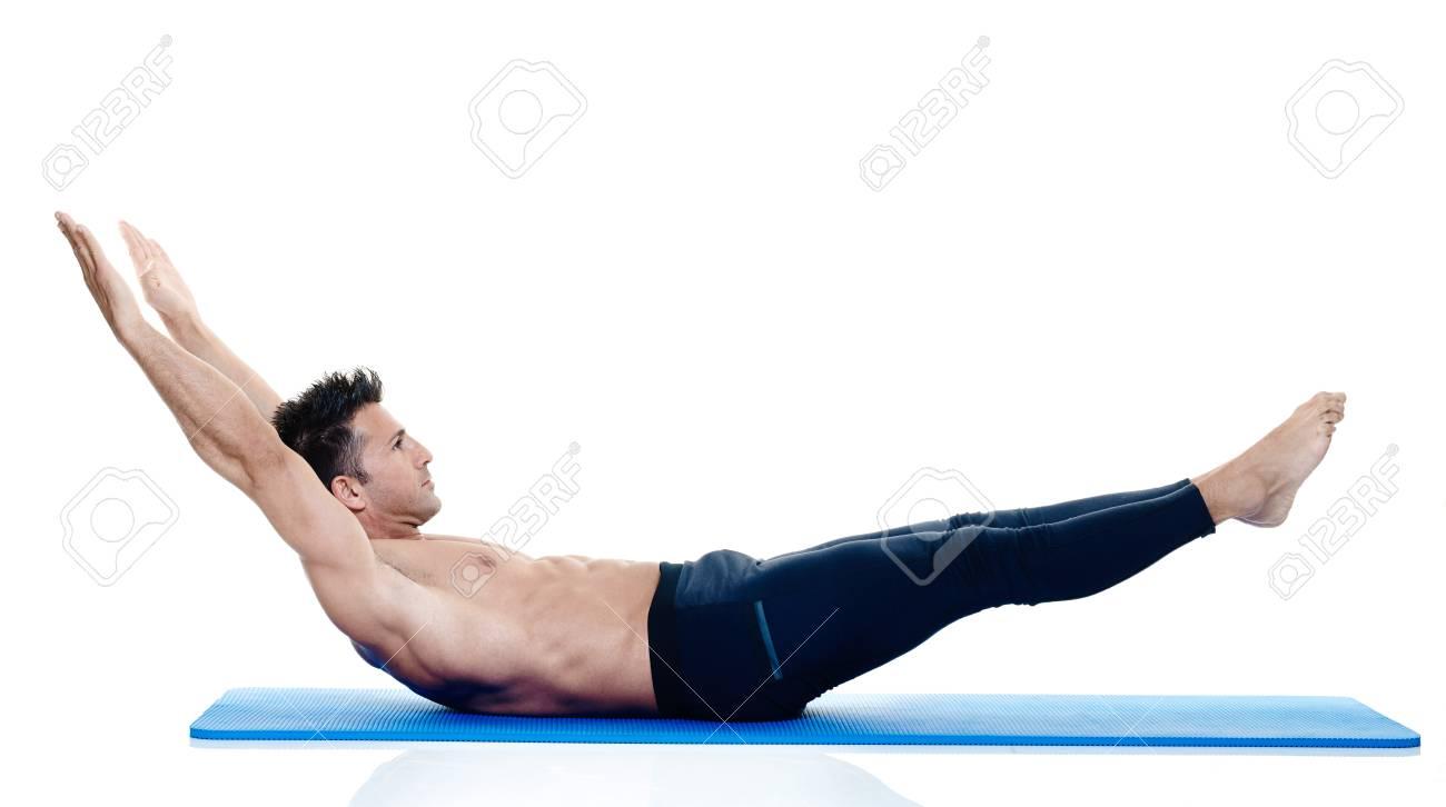 Ejercicios de un hombre caucásico de fitness ejercicio de pilates aislados  sobre fondo blanco Foto de 85ca4a08f16e