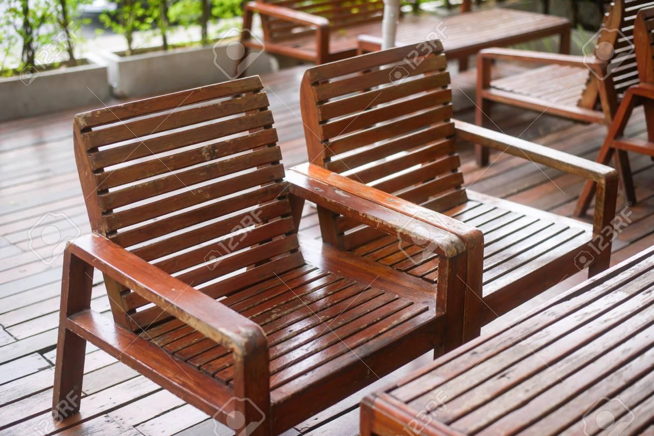 Holz Stühle Und Tisch Im Café Garten Lizenzfreie Fotos Bilder Und
