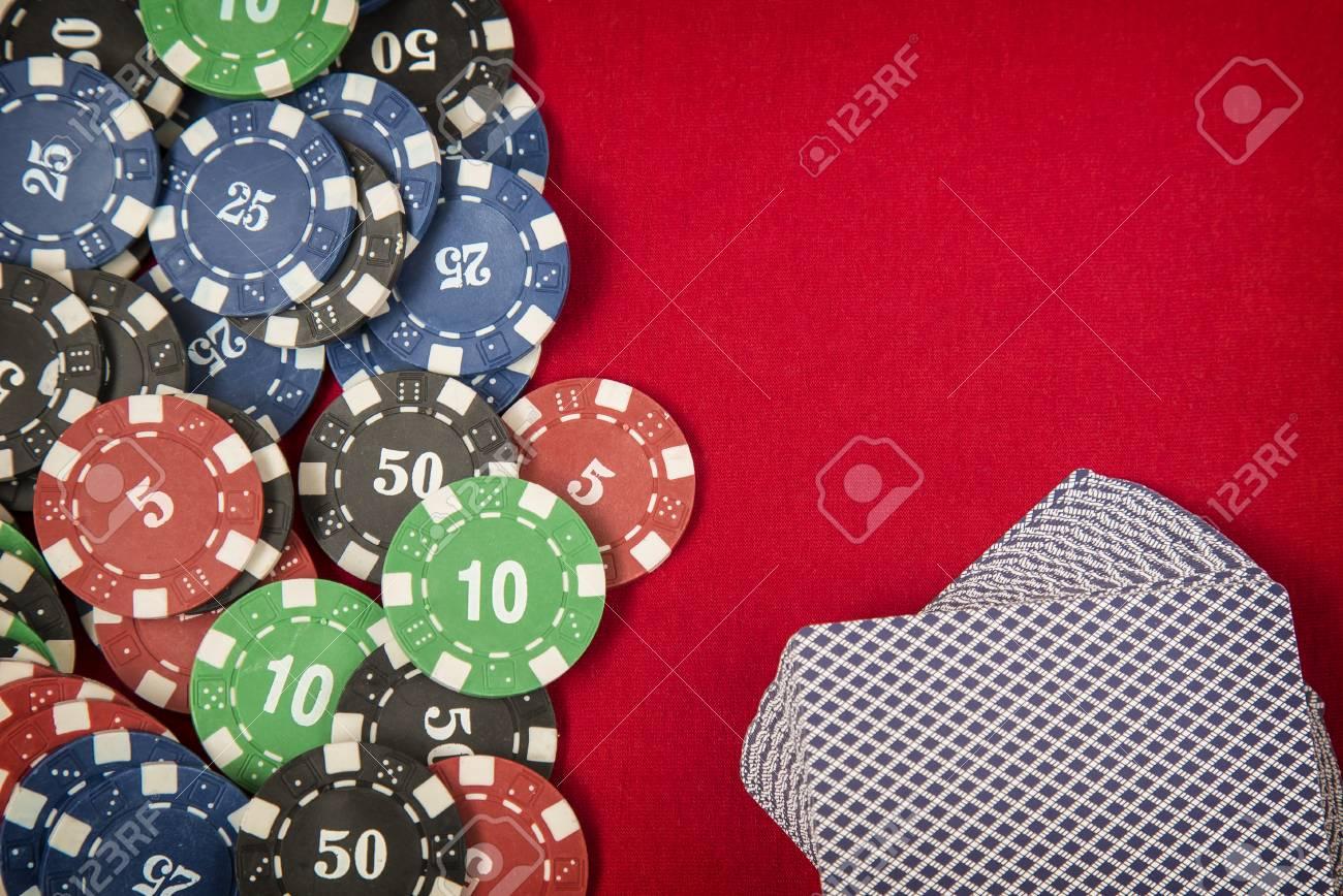 Glücksspiel-Chips Rahmen Und Karten-Deck Auf Roter Karte Tabelle ...