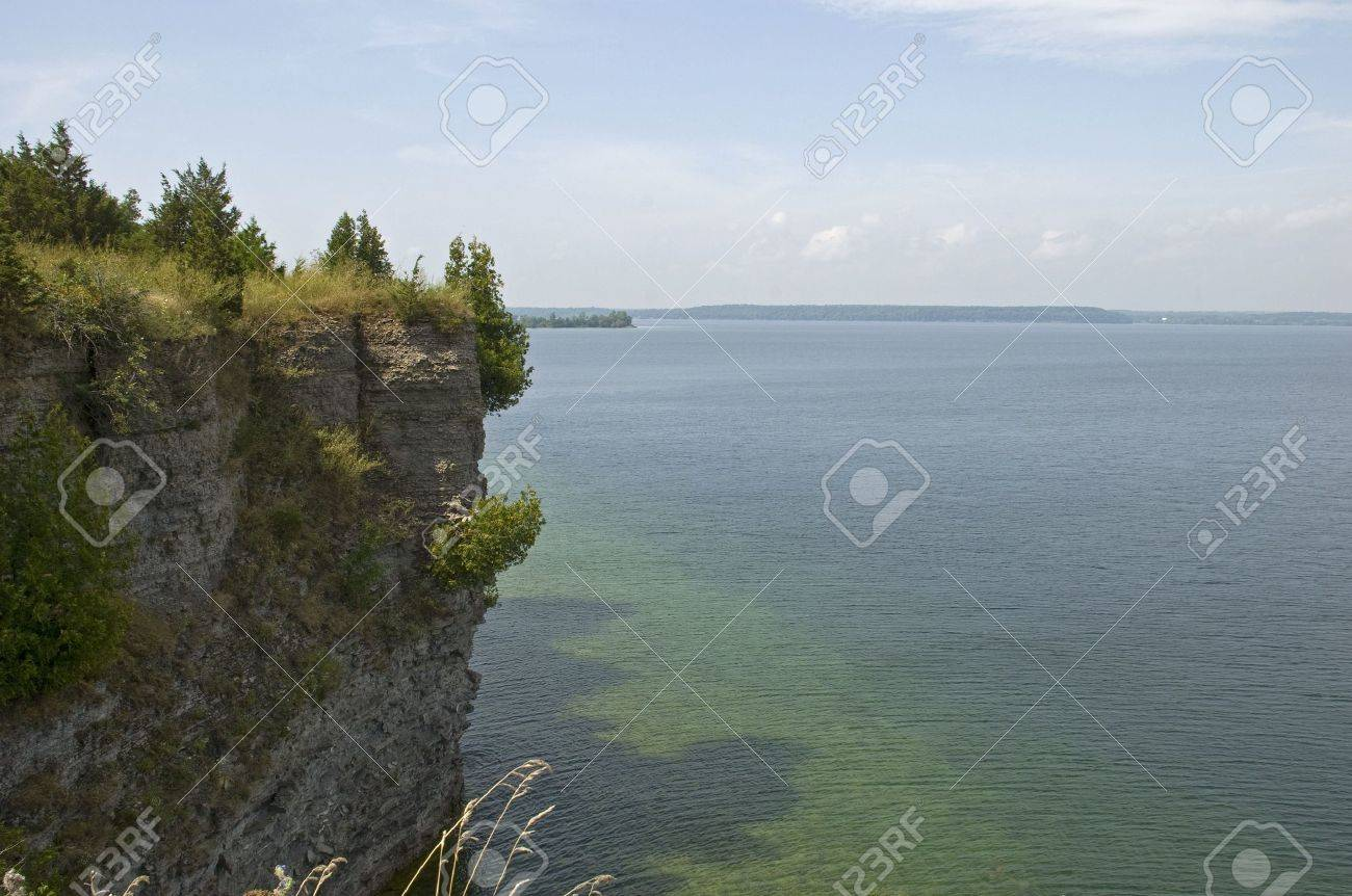 foto de archivo pequeo acantilado bluff en prince edward county ontario canad en el lago ontario