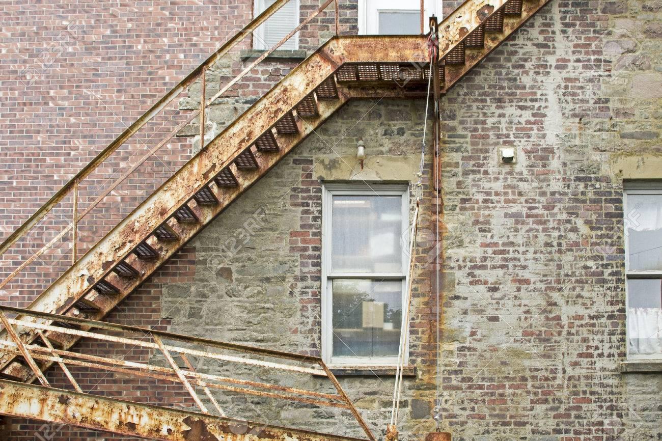 Ancien Feu De Métal évasion Escalier Sur Le Mur De Briques Banque D ...