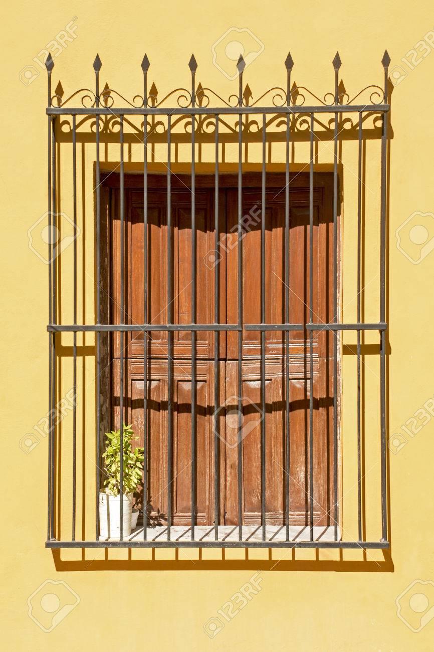Vieux Style Colonial Fenêtre Avec Grille En Fer Forgé Banque D
