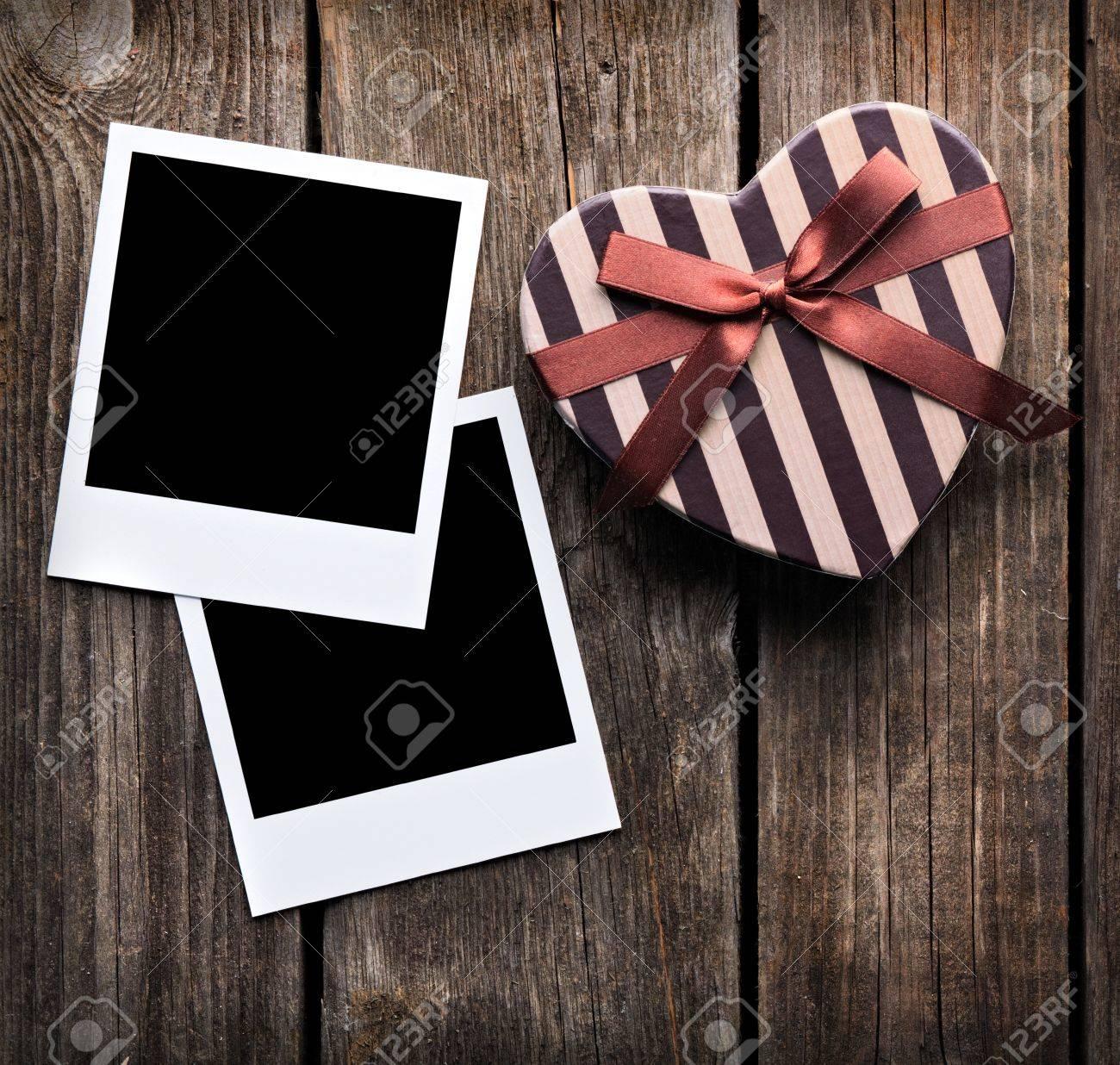 Blank Instant Bilderrahmen Mit Herzförmigen Valentinstag Geschenk ...