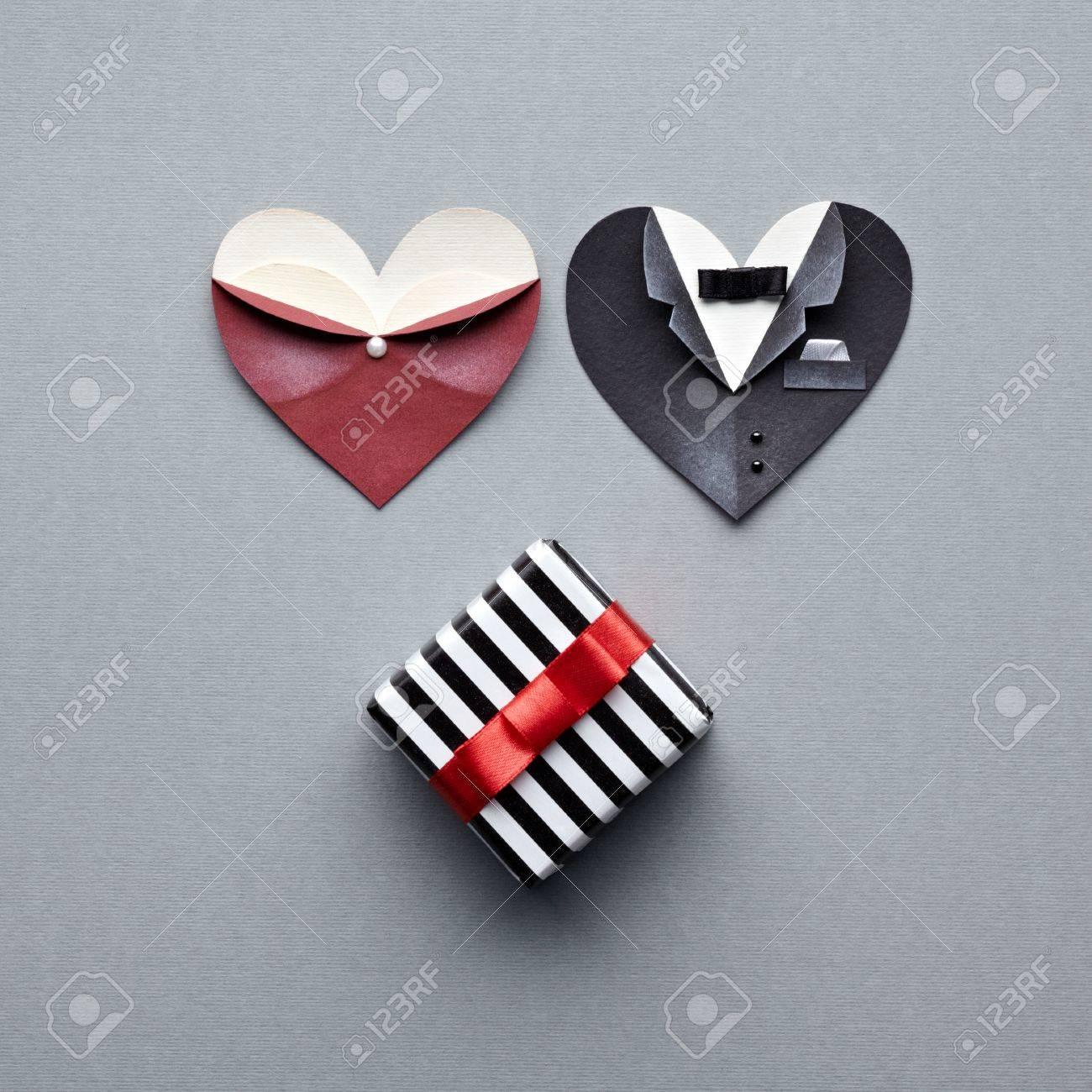 mâle symbolique et formes de coeur féminins avec boîte cadeau. sur