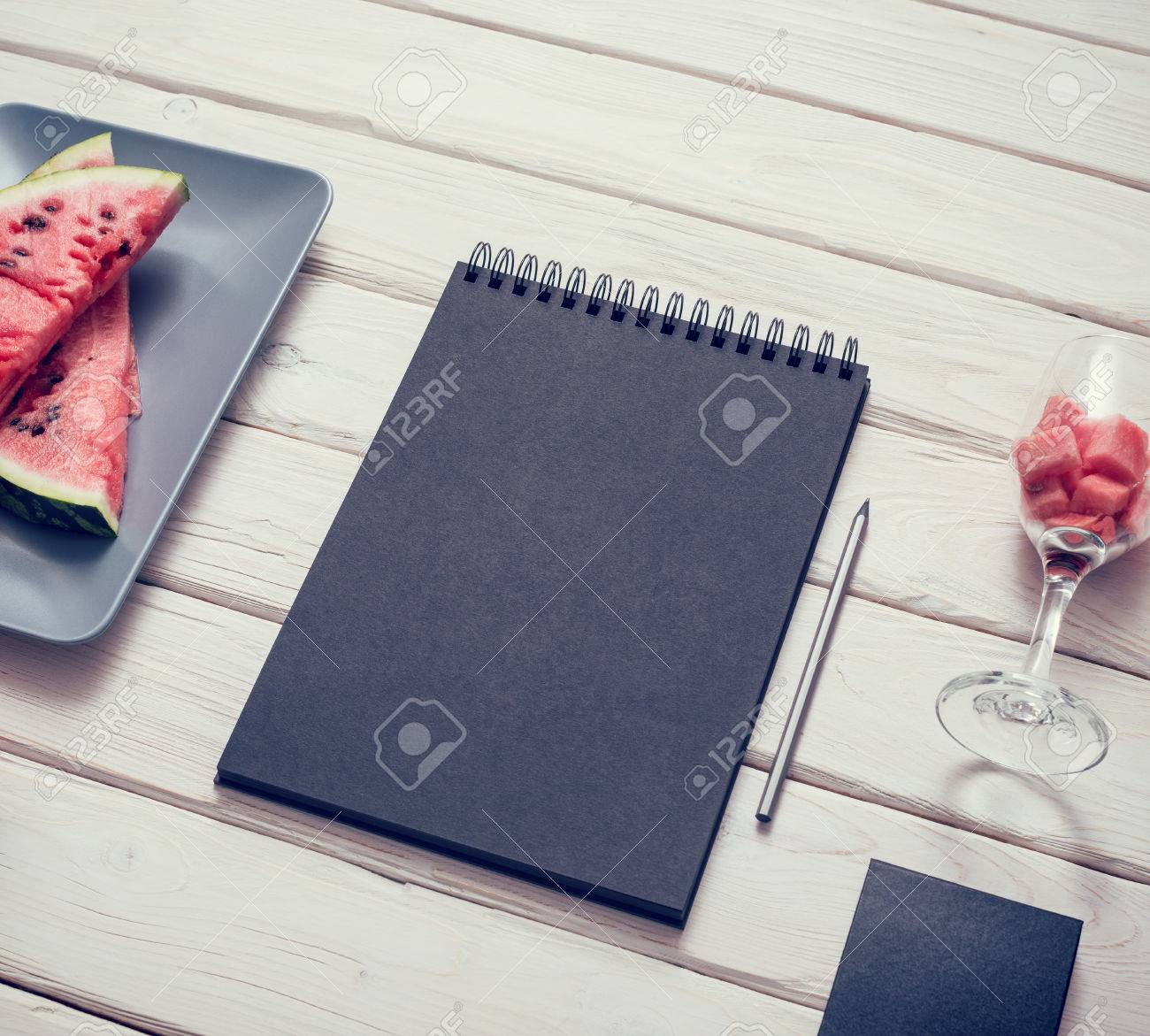 Cuaderno De Dibujo Negro En La Mesa De La Cocina Con La Sandía En ...