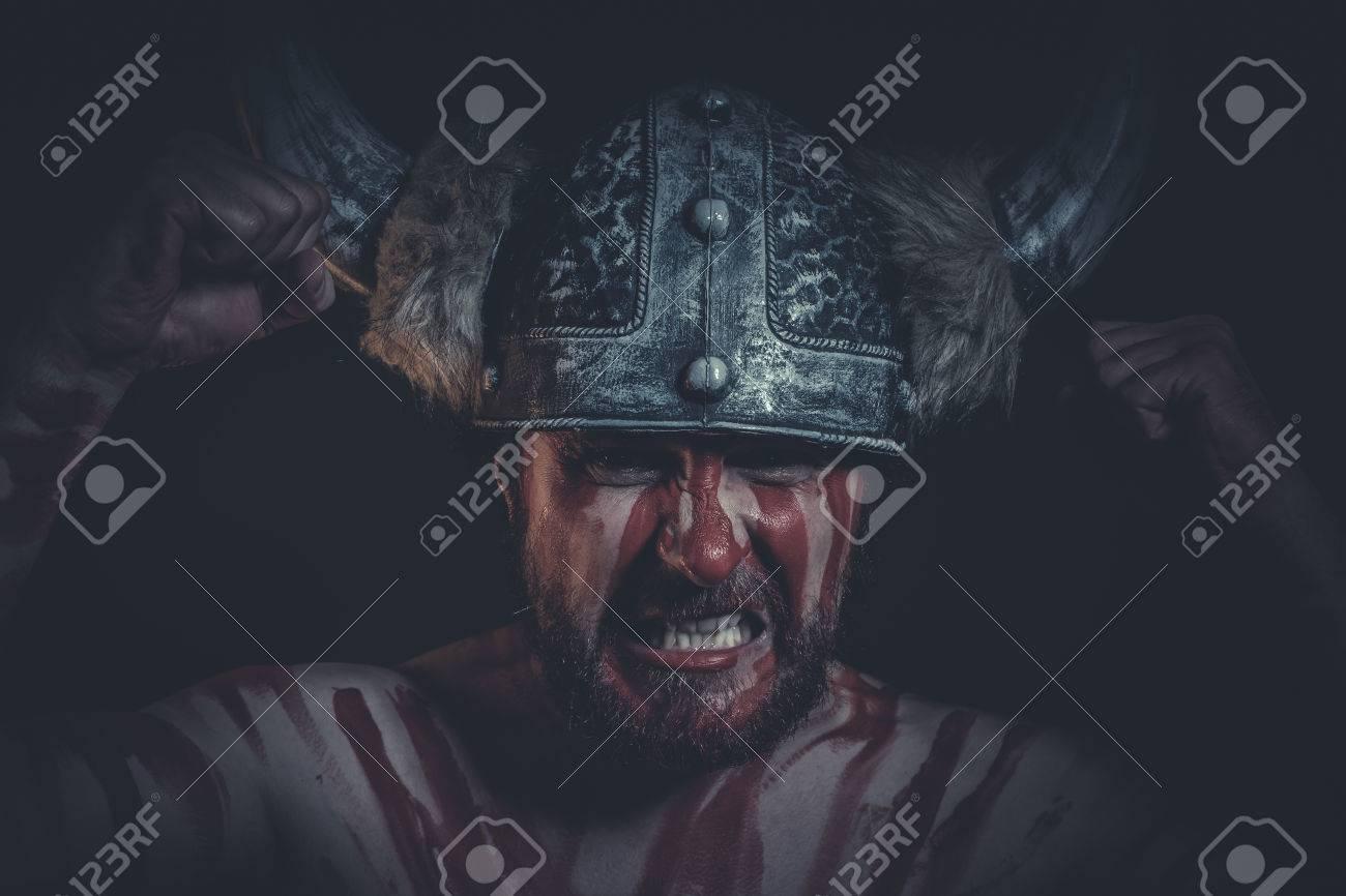 Peur Guerrier Viking Avec Un Casque à Cornes Et Des Peintures De