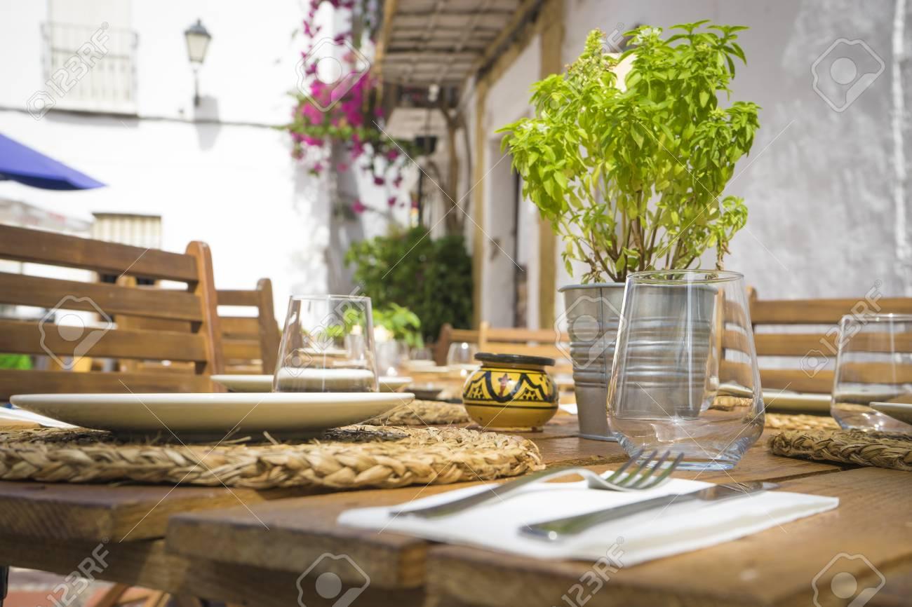 Terraza De Verano Con Bebidas Y Comidas Listas Para Comer Marbella España