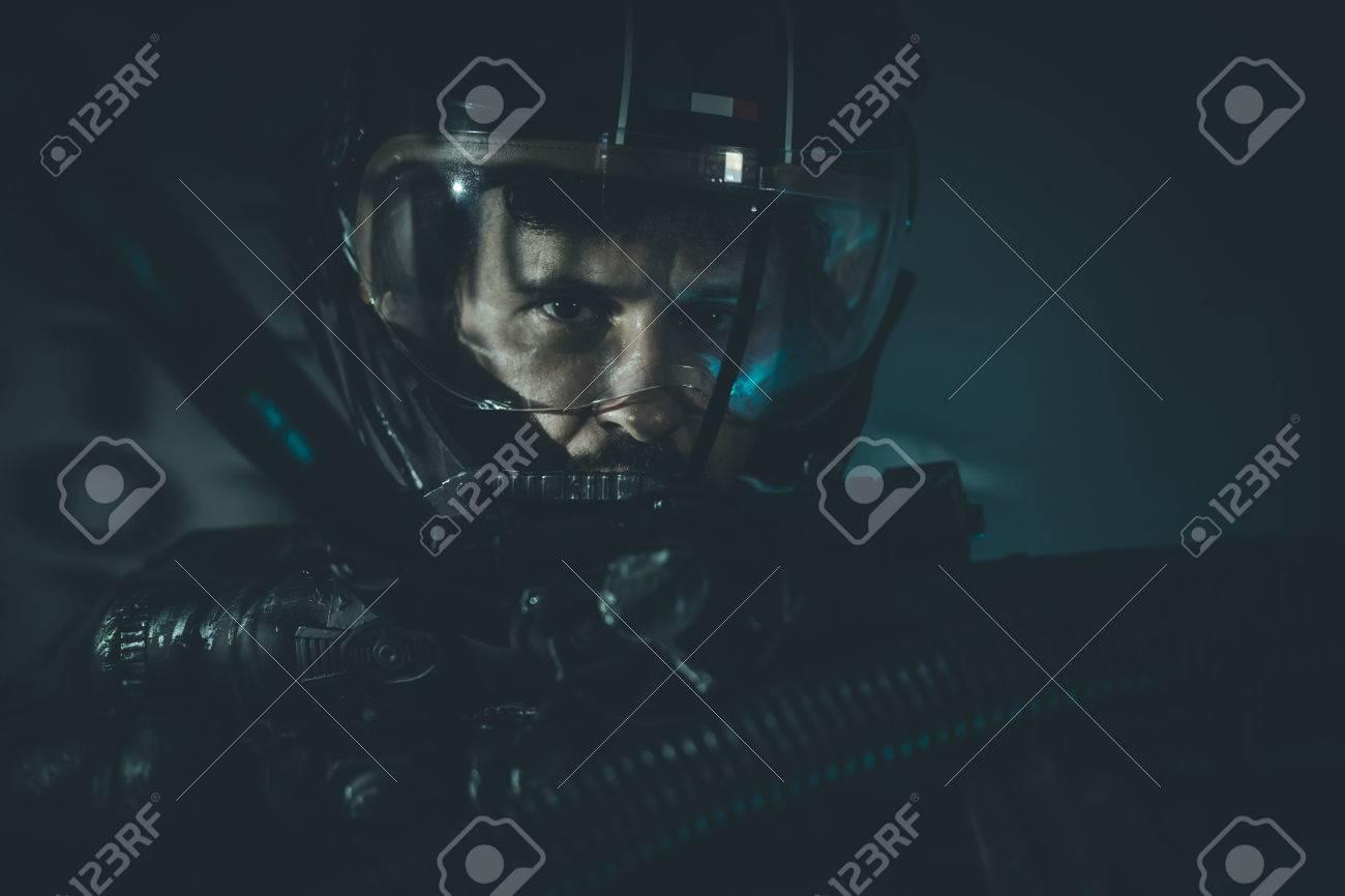 金属製のヘルメットとレーザー ビーム兵器人間は宇宙戦争
