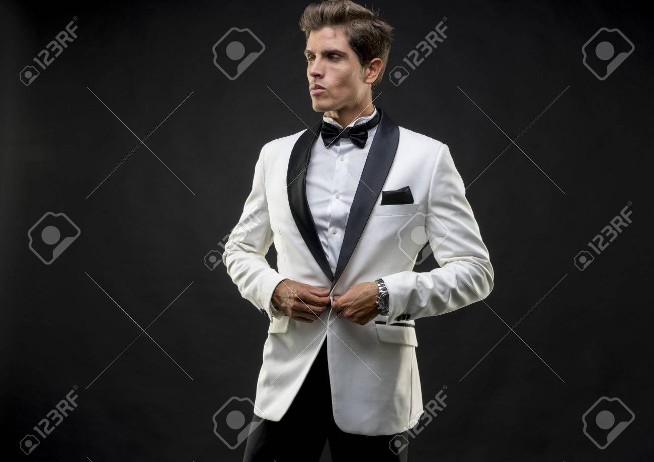Hochzeit, Elegant Und Gut Aussehend Mann Im Smoking Für Silvester ...