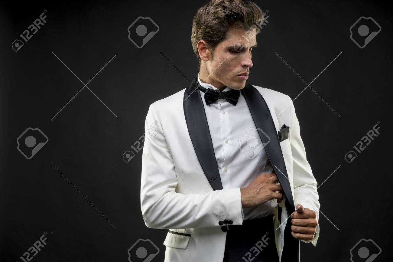 Elegant Und Gut Aussehende Mann Im Smoking Gekleidet Für Silvester ...